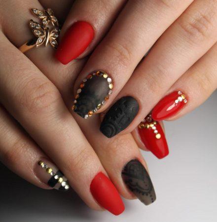 Красный маникюр, актуальный дизайн ногтей фото.