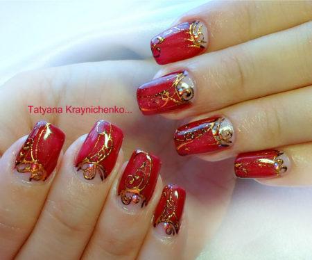 Красный маникюр актуальный дизайн с золотым узором