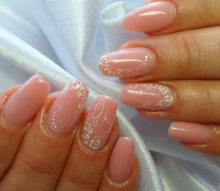 Весений маникюр в розовом цвете с дизайном