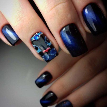 Темно-синий маникюр на квадратные ногти с дизайном