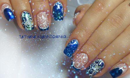 Модный синий маникюр на короткие квадратные ногти с узорами