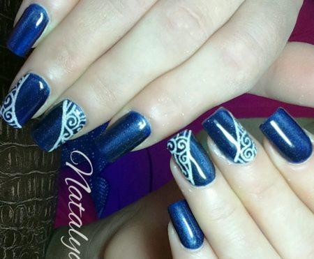 Модный синий маникюр на квадратные ногти с узорами
