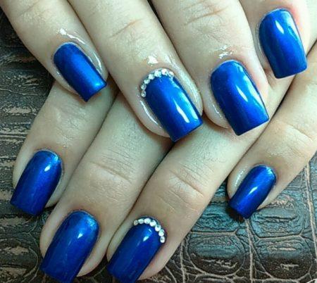 Модный синий маникюр с дизайном