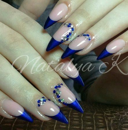 Синий френч на длинные острые ногти с дизайном