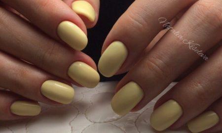 Однотонный желтый маникюр на короткие ногти