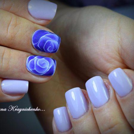 Голубой глянцевый маникюр на коротких ногтях с цветами