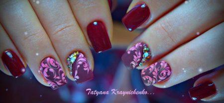 Роскошный двухцветный маникюр в сочетании красного и сиреневого цветов с узорами