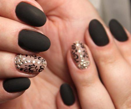 Черный матовый маникюр на короткие ногти с узором и стразами