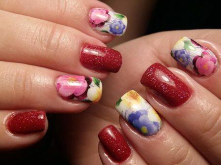 Красивый маникюр с блестками и цветами