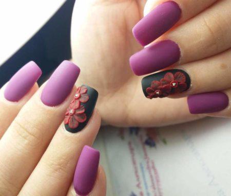 Сиреневый матовый маникюр с дизайном на безымянном ногте черное матовое покрытие и объемный красный цветок