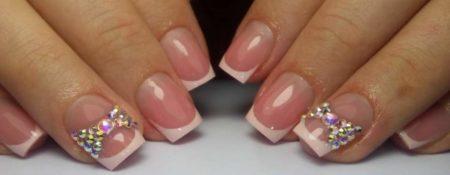 Белый френч на короткие ногти с оригинальным бантиком на безымянном ногте