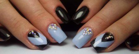 Красивый маникюр с геометрическим рисунком в черном и голубом цветах.