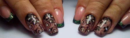 Цветной френч с колоритным кончиком ногтя идея дизайна узоры украшены мелкими стразами