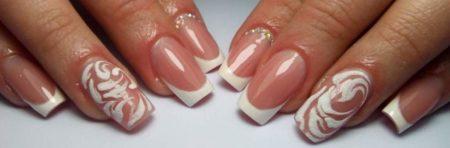 Белый нежный френч на квадратные ногти с дизайном рисунка и бисера