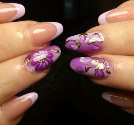 Белый френч на короткие ногти с дизайном красивых сиреневых цветов