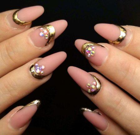 Модный маникюр, розовый с золотом и стразами