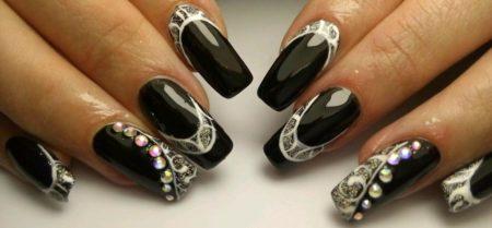 Идея черно-белого маникюра на квадратные ногти с бусинками