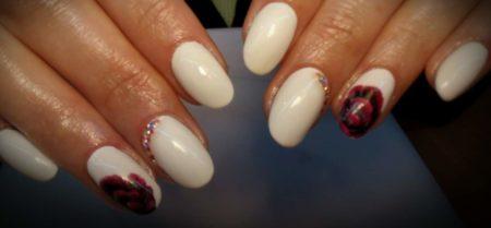 Белый маникюр на короткие ногти идея дизайна цветы и стразы