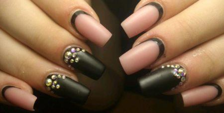 Модный дизайн маникюра черно-розовый со стразами фото