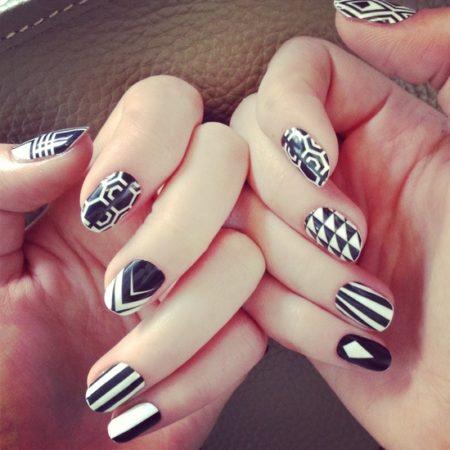 Модный маникюр с геометрическим дизайном на короткие ногти.