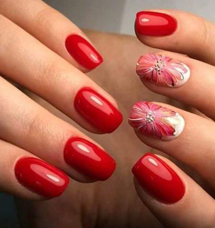 Красный маникюр на короткие ногти с цветами