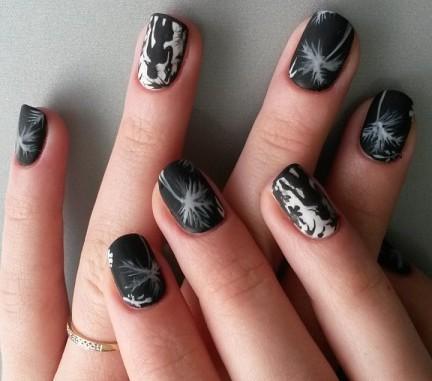 Модный матовый маникюр на короткие квадратные ногти с дизайном