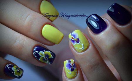 Модный маникюр весна - лето в комбинации желтого и синего цветов с дизайном