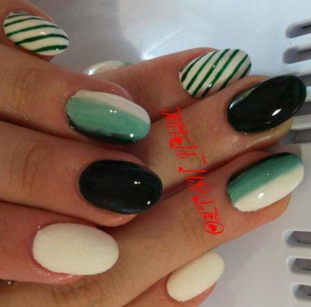 Деловой маникюр на короткие ногти в зеленных оттенках