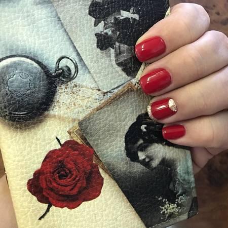 Красные ногти лето