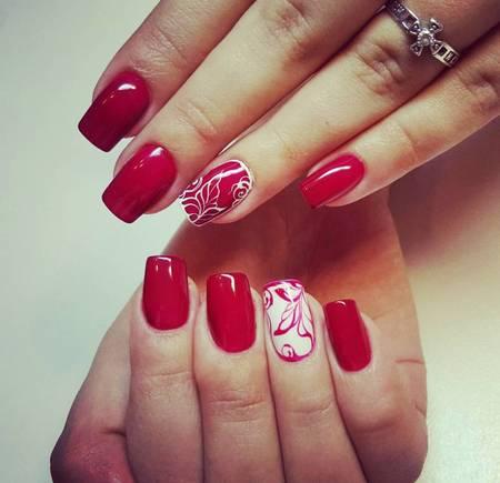 красивый летний маникюр в красном цвете