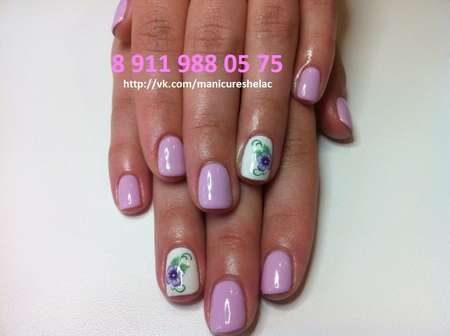 Светло-сиреневые ногти и цветы