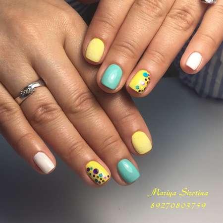 желто-бело-бирюзовый маникюр на короткие ногти