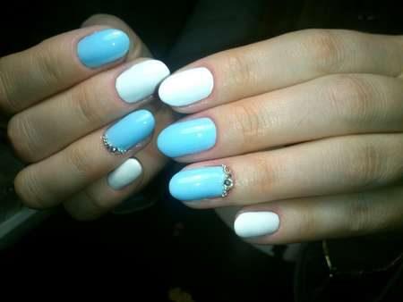 Бело-голубой дизайн ногтей со стразами
