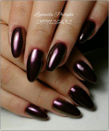 Темно-шоколадная втирка на длинных ногтях