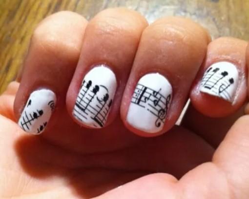 ноты на ногтях