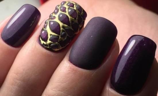 Темно-фиолетовый маникюр с рельефным покрытием