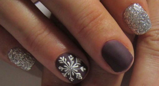Коричневые матовые ногти со снежинкой