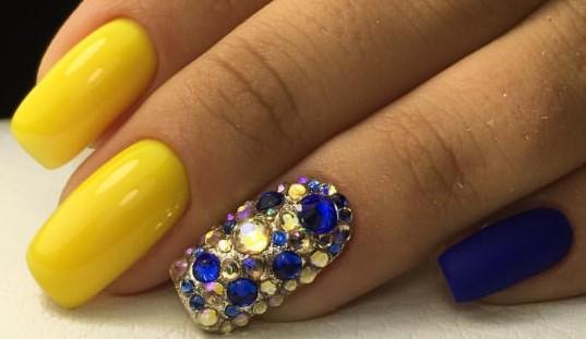 Сине-желтый дизайн со стразами