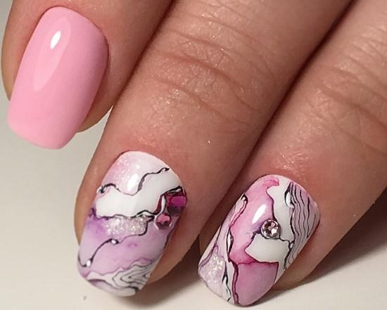 красивая акварель на ногтях абстракция розовый