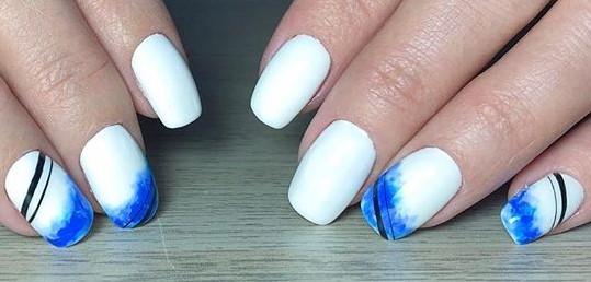 нежная акварель на ногтях синий и геометрия