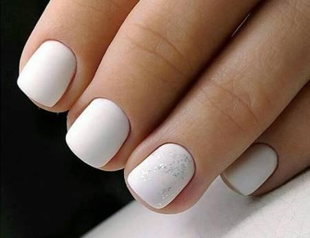 белый маникюр с фольгой на короткие ногти