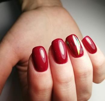 красные ногти с фольгой