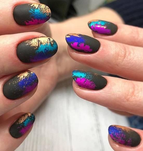 матовые черные ногти и цветная фольга