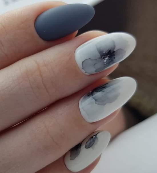 серые цветы на ногтях