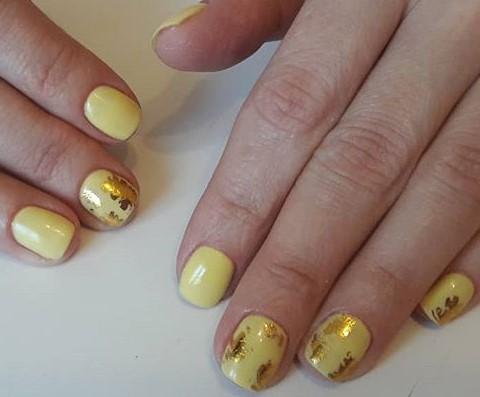 желтый маникюр с золотой фольгой