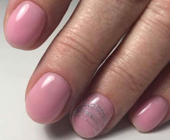серебристая паутинка на розовых ногтях