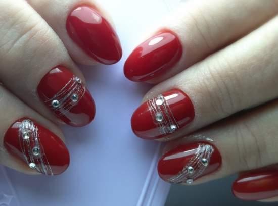 серебристая паутинка на красных ногтях