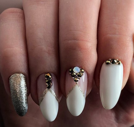 прозрачный маникюр с блестками на длинные ногти