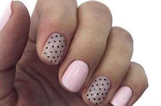 стильные полупрозрачные ногти с точками