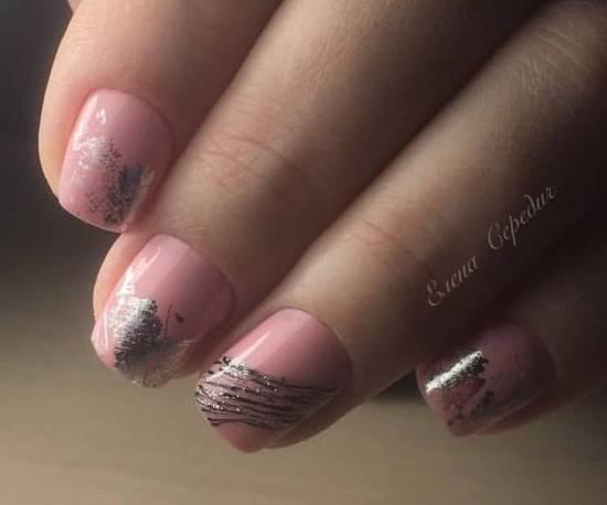 розовый маникюр с фольгой на короткие ногти
